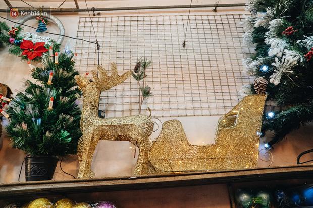 Tuần lộc vàng đính kim sa 3 triệu đồng vẫn hút khách, Hàng Mã trang hoàng trước thềm Giáng Sinh - Ảnh 18.