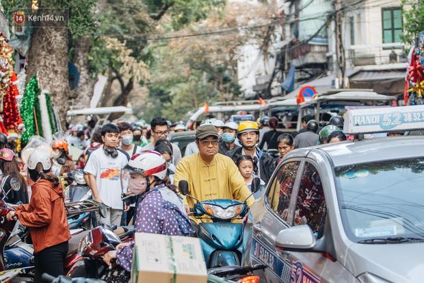 Tuần lộc vàng đính kim sa 3 triệu đồng vẫn hút khách, Hàng Mã trang hoàng trước thềm Giáng Sinh - Ảnh 3.
