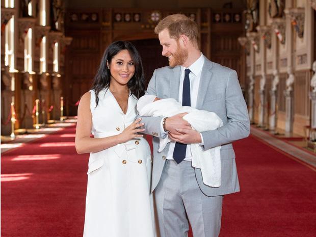 Nữ hoàng Anh phát biểu thông điệp Giáng sinh, nhưng đáng chú ý là không có hình của vợ chồng Meghan trên bàn của bà - Ảnh 4.