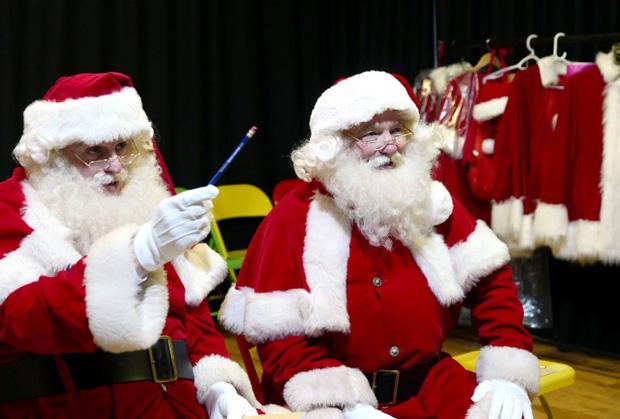 Bên trong trường học đào tạo ông già Noel duy nhất ở Anh, nơi mỗi bộ đồ trị giá hơn 30 triệu và bắt buộc phải học thuộc tên từng con tuần lộc - Ảnh 7.