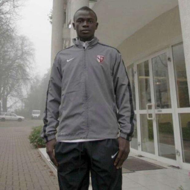 Sadio Mane và hành trình 10 năm từ đôi giày rách nát đến ngôi sao bóng đá rộng lượng nhất thế gian: Nhà lầu xe hơi chẳng màng, chỉ thích giúp đỡ dân làng - Ảnh 1.