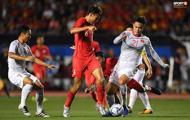 Quang Hải buồn bã, hướng ánh mắt tiếc nuối về phía các đồng đội sau khi bất đắc dĩ rời sân vì chấn thương - Ảnh 8.