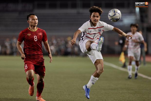 Trọng Hoàng bị phạm lỗi thô bạo, cầu thủ Campuchia vẫn lao vào trọng tài như muốn ăn tươi nuốt sống - Ảnh 1.