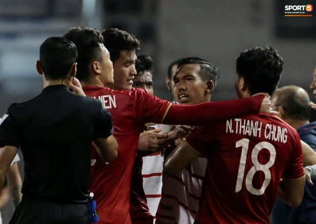 Trọng Hoàng bị phạm lỗi thô bạo, cầu thủ Campuchia vẫn lao vào trọng tài như muốn ăn tươi nuốt sống - Ảnh 7.
