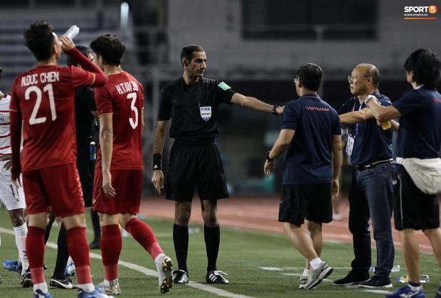 Trọng Hoàng bị phạm lỗi thô bạo, cầu thủ Campuchia vẫn lao vào trọng tài như muốn ăn tươi nuốt sống - Ảnh 10.