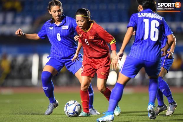 Fan xót xa hình ảnh tuyển thủ nữ Việt Nam rách đùi, băng gối vẫn lăn xả tranh bóng: Dù sao đấy cũng là một cô gái thôi mà - Ảnh 10.