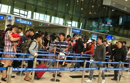 Hành khách vác vali chạy bộ cho kịp giờ bay - Ảnh 1.
