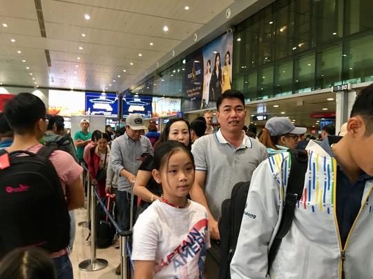 Hành khách vác vali chạy bộ cho kịp giờ bay - Ảnh 2.