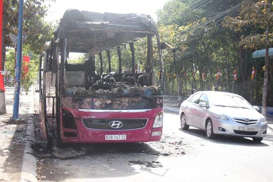 Đang đậu, xe khách giường nằm bất ngờ cháy trơ khung  - Ảnh 1.