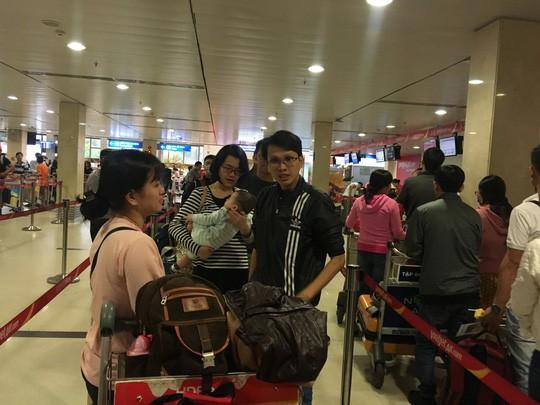 Hành khách vác vali chạy bộ cho kịp giờ bay - Ảnh 6.
