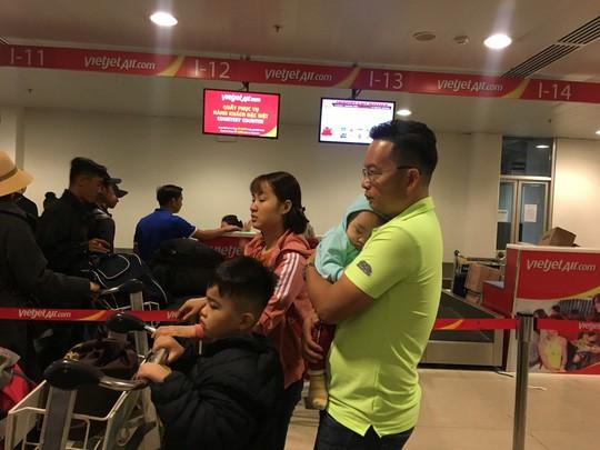 Hành khách vác vali chạy bộ cho kịp giờ bay - Ảnh 7.