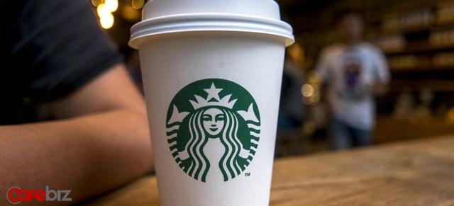 Cách Howard Schultz vực dậy cả đế chế Starbucks trước bờ vực thẳm: Dẹp mớ sandwich ra khỏi menu, minh bạch hóa mọi thứ cho nhân viên, đóng cửa toàn bộ cửa hàng ở Bắc Mỹ để đào tạo lại - Ảnh 1.