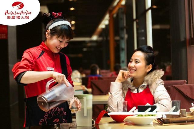 """Haidilao – Chuỗi nhà hàng làm """"điên đảo"""" thế giới: Mát xa và làm móng cho khách ngồi chờ, lao công làm tốt sẽ được lên quản lý! - Ảnh 4."""