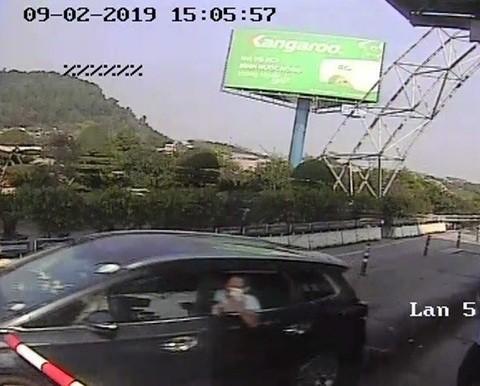 Bắt giam tài xế điều khiển ô tô vượt trạm thu phí Bến Thủy  - Ảnh 1.