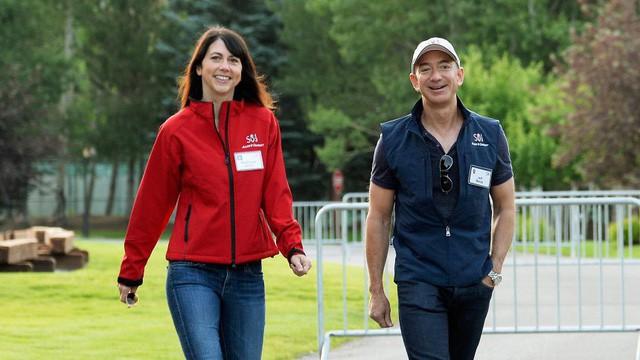 Tình yêu kiểu tỷ phú: Jeff Bezos yêu vợ bạn thân, Warren Buffett yêu bạn thân của vợ và 2 cái kết hoàn toàn đối lập - Ảnh 1.
