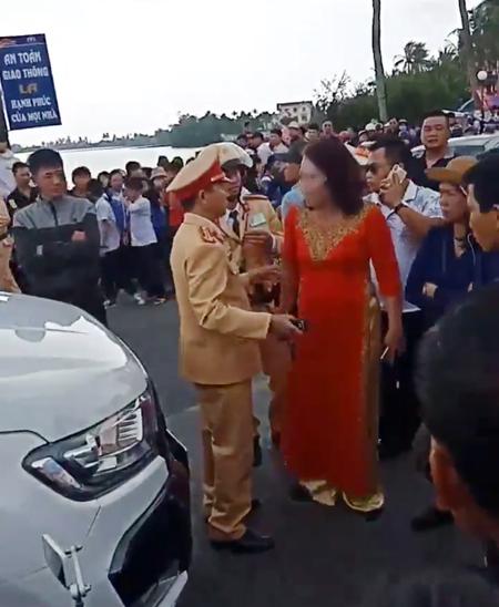Đốt pháo sáng khi đón dâu, mẹ chú rể xuống xe lớn tiếng với CSGT  - Ảnh 3.