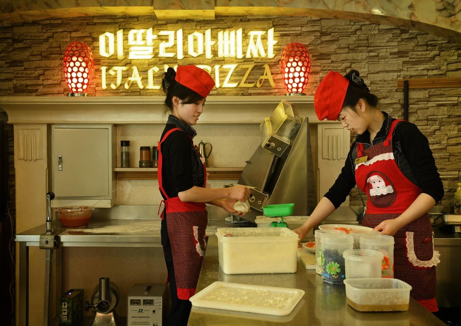 """Hé lộ bí mật những """"chợ trời"""" ở Bình Nhưỡng và cuộc sống chưa từng biết tới tại thủ đô Triều Tiên - Ảnh 10."""