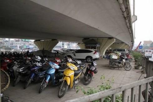 Xin điều chỉnh thông tư, Hà Nội muốn tiếp tục trông xe dưới gầm cầu  - Ảnh 1.