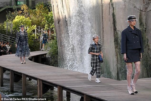 Cuộc sống phủ đầy hàng hiệu, chỉ toàn gặp người nổi tiếng của Hoàng tử nhí làng thời trang, con trai cưng của huyền thoại Chanel Karl Lagerfeld - Ảnh 4.