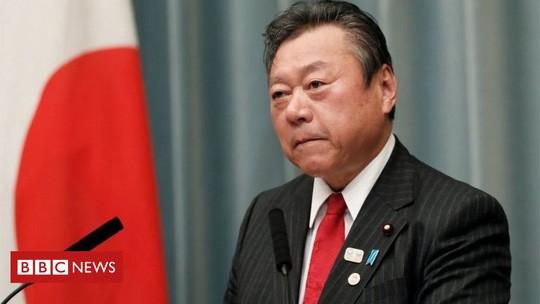 Trễ họp 3 phút, Bộ trưởng Nhật Bản công khai xin lỗi