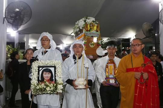 Hàng ngàn người tiễn đưa Phó Chủ tịch UBND TP Nguyễn Thị Thu về nơi an nghỉ cuối cùng  - Ảnh 4.