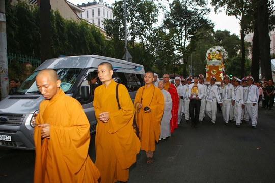 Hàng ngàn người tiễn đưa Phó Chủ tịch UBND TP Nguyễn Thị Thu về nơi an nghỉ cuối cùng  - Ảnh 5.