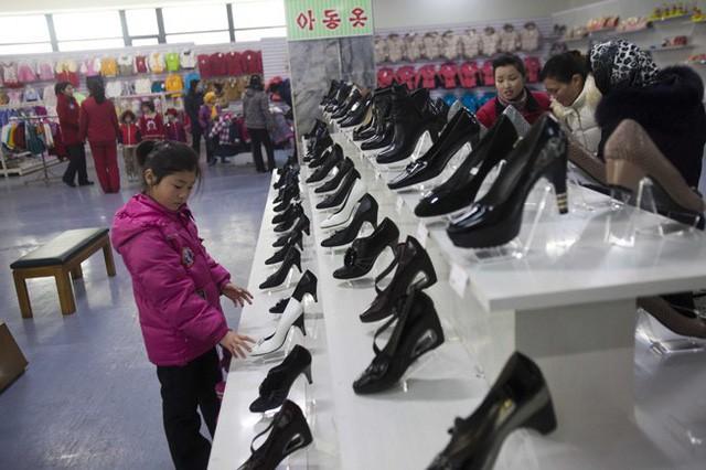Có gì trong siêu thị đầu tiên ở thủ đô Bình Nhưỡng của Triều Tiên? - Ảnh 5.
