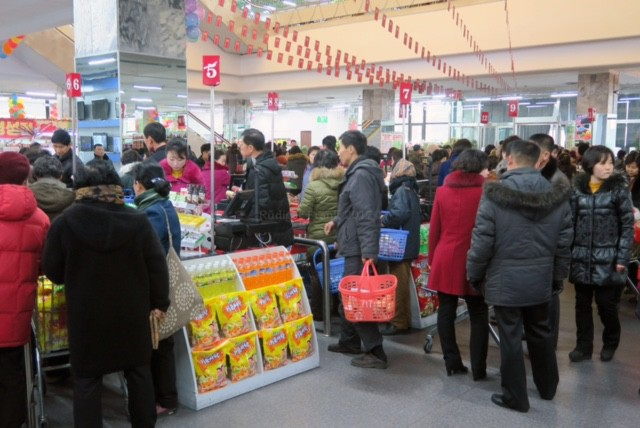 Có gì trong siêu thị đầu tiên ở thủ đô Bình Nhưỡng của Triều Tiên? - Ảnh 6.