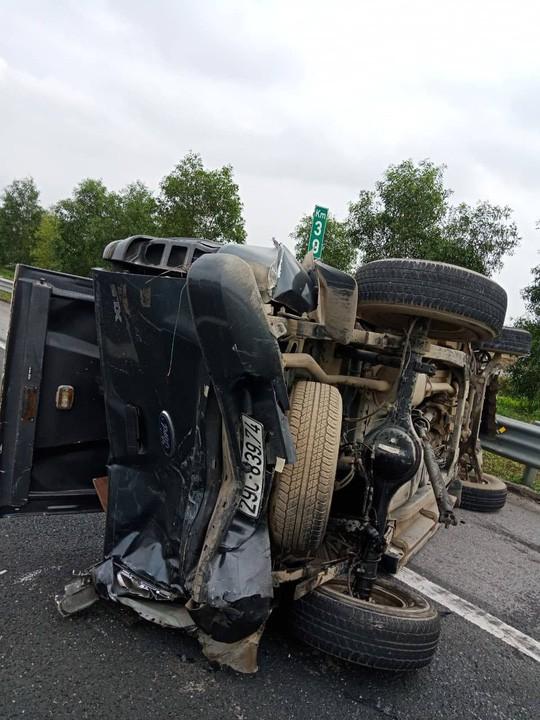 2 ôtô lật nghiêng trên cao tốc Hà Nội-Hải Phòng, 5 người bị thương  - Ảnh 2.
