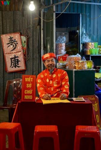 Người dân rộn ràng đến lễ phủ Tây Hồ, Hà Nội trong đêm giao thừa - Ảnh 3.