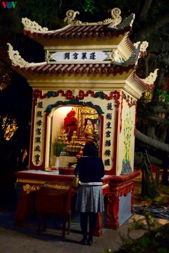 Người dân rộn ràng đến lễ phủ Tây Hồ, Hà Nội trong đêm giao thừa - Ảnh 6.