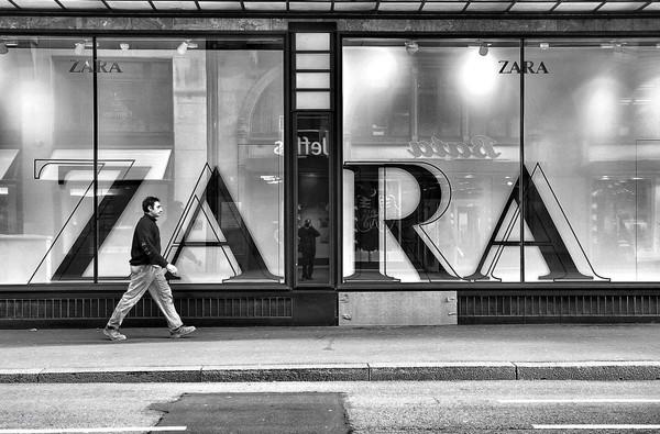 Chiến lược thống lĩnh ngành thời trang phân khúc hàng hiệu rẻ tiền của ZARA - Ảnh 1.