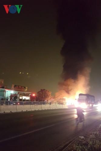 Ảnh: Hiện trường xe khách bốc cháy dữ dội trên Quốc lộ 1A - Ảnh 3.