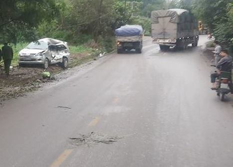 Tránh vào nhà dân, xe Inova vẫn bị xe tải điên tông trực diện khiến 8 người thương vong - Ảnh 1.