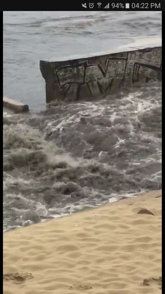 Phát hoảng với clip nước thải tuôn ra bãi biển Đà Nẵng  - Ảnh 2.