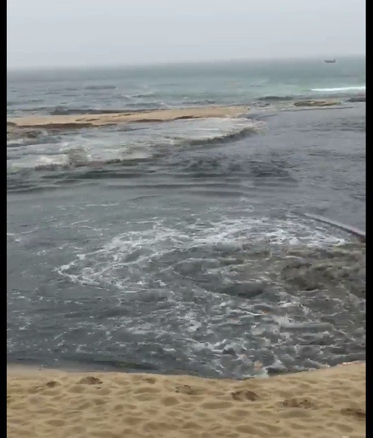 Phát hoảng với clip nước thải tuôn ra bãi biển Đà Nẵng  - Ảnh 3.