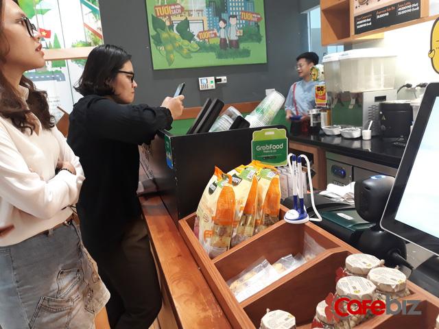 Grabpay by Moca vs Momo: Cuộc chiến bỏng rát của hai đại gia mảng payment trên từng trận địa trà sữa, bánh mỳ, chè, ốc vỉa hè - Ảnh 1.