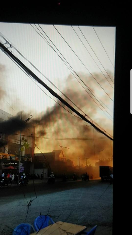 Tiền Giang: Cháy lớn ở cửa hàng xe máy SYM  - Ảnh 1.