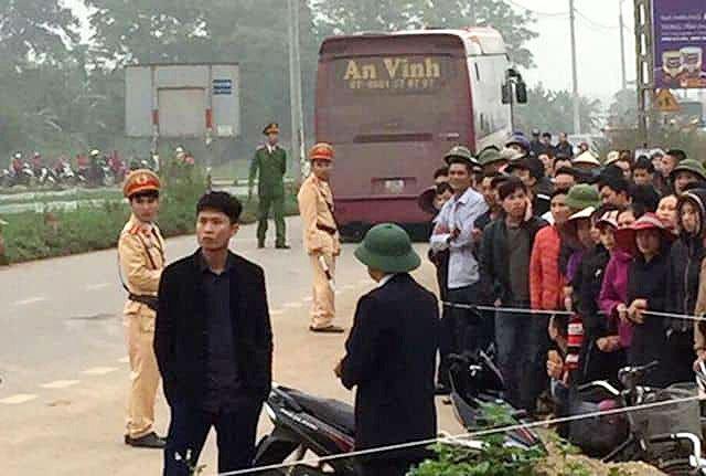 Hãi hùng hiện trường xe khách đâm chết ít nhất 7 người đi đưa tang ở Vĩnh Phúc - Ảnh 3.