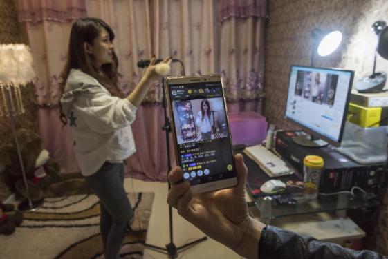 Góc tối của những streamer Trung Quốc kiếm 100.000 USD/tháng: 'Chôn vùi' thanh xuân ở studio, mệt mỏi chán nản nhưng lúc nào cũng đeo mặt nạ vui vẻ trước camera - Ảnh 3.