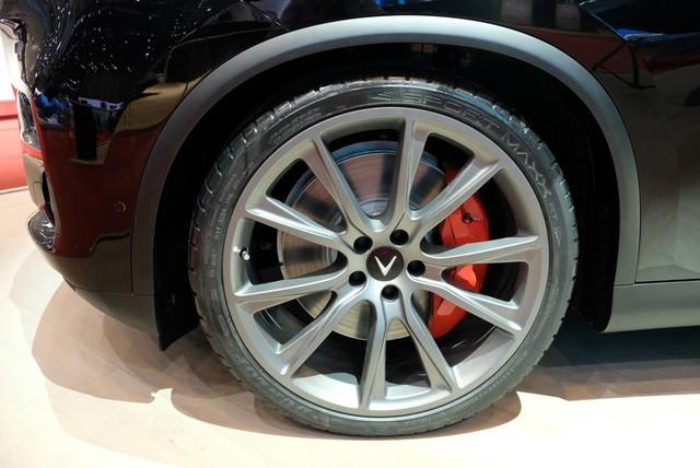 Bóc tách trang bị hàng hiệu trên VinFast Lux V8 vừa ra mắt - Ảnh 2.