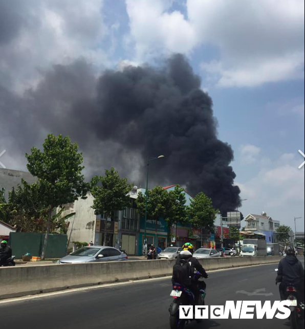 Đang cháy lớn ở Bình Dương, nhiều học sinh di dời khẩn cấp - Ảnh 2.