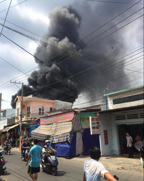 Đang cháy lớn ở Bình Dương, nhiều học sinh di dời khẩn cấp - Ảnh 5.