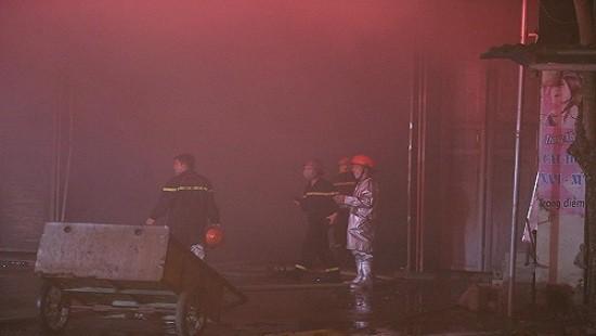 Kho chăn đệm ở khu công nghiệp Phú Nghĩa bị lửa thiêu rụi - Ảnh 1.