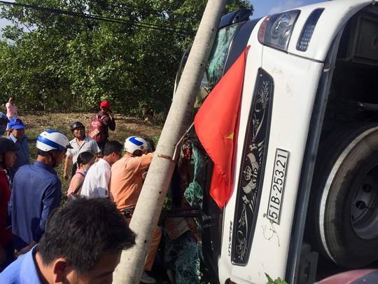 Đồng Nai: Lật xe giường nằm, 40 hành khách gào thét kêu cứu - Ảnh 2.