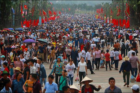 Hàng vạn du khách đổ về Đền Hùng trước ngày giỗ tổ  - Ảnh 2.