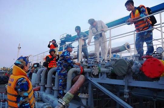 Thuyền trưởng thừa nhận hành vi buôn lậu hơn 8.000m3 xăng trên biển - Ảnh 1.