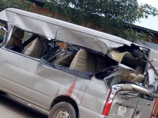 Ô tô khách đâm vào xe tải đang vào cua, 4 người thương vong - Ảnh 1.