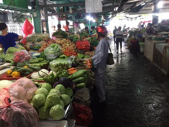 Thịt cá, hải sản đầy chợ, giá không tăng trong ngày đầu nghỉ lễ - Ảnh 1.