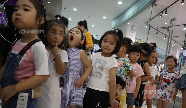 Khổ như làm con của bố mẹ Trung Quốc: Người lớn bỏ việc ở quê đổ xô đến 'lò' đào tạo mẫu nhí, bắt con học 10h/ngày để mong ngày nổi tiếng sẽ có 'lương nghìn đô' - Ảnh 1.